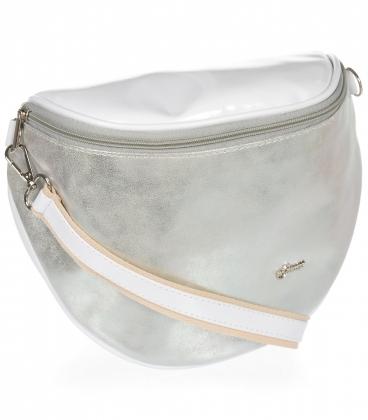 Lesklá bílá crossbody kabelka se stříbrným vzorem 20M006