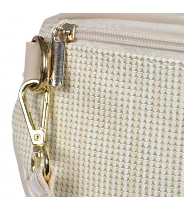 Lesklá béžová crossbody kabelka s jemným vzorom 20M006